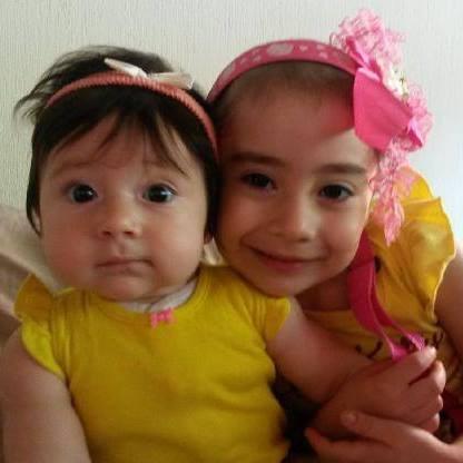 Luciana, a la derecha, junto a su hermana pequeña.