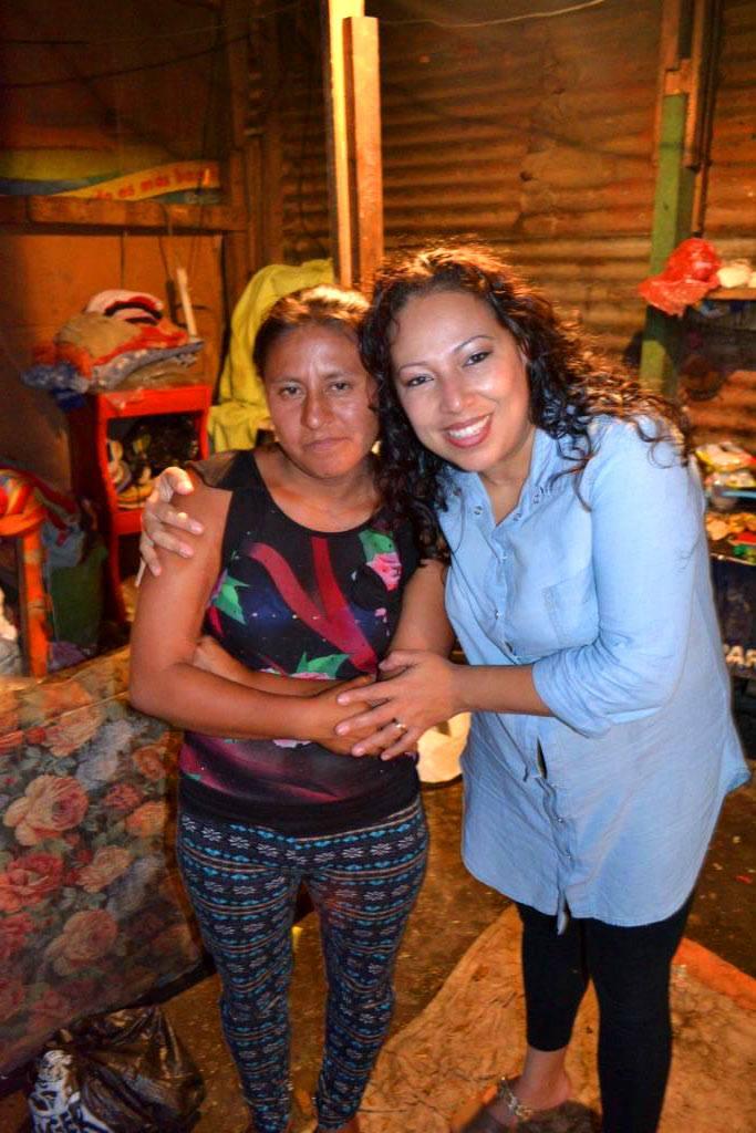 Damaris junto a una de las beneficiadas de la Misión