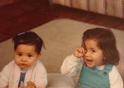 Natalia, a la derecha alrededor de los 2 años.