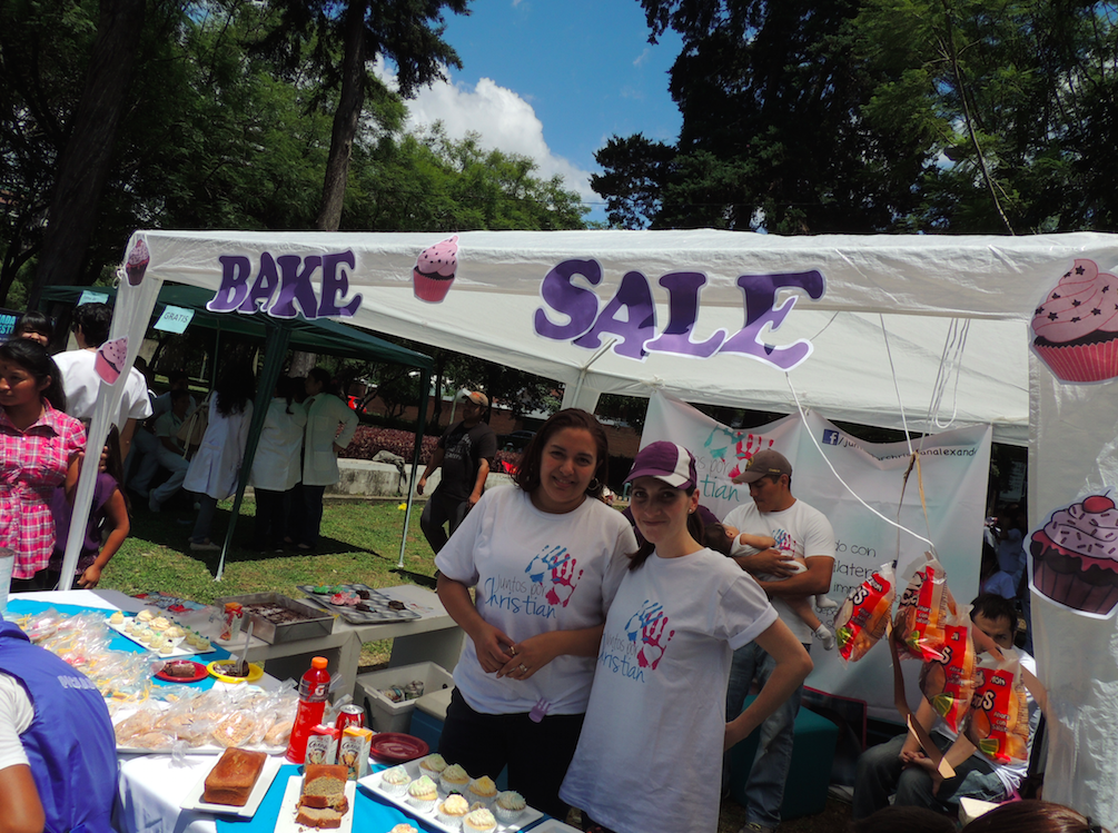 Sussan Carranza durante e Bake Sale para recaudar fondos realizado junto a otras mamás de la comunidad Cosas de Wiros.