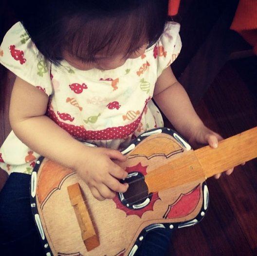 Esta guitarra duró varias temporadas en la casa, creo que ha sido de los juguetes más productivos.
