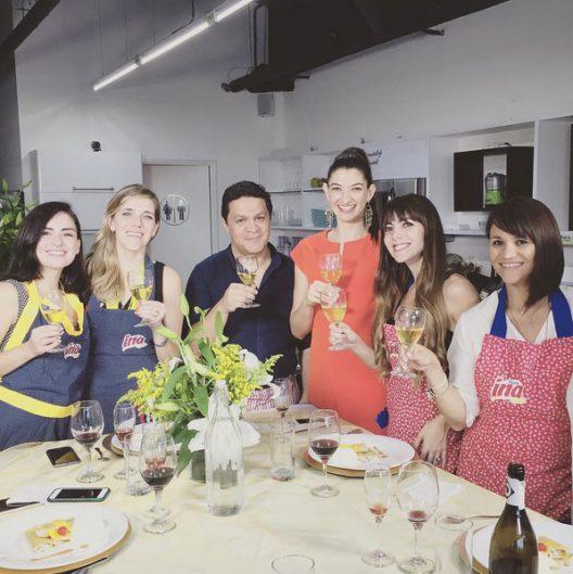 Una tarde cocinando en NuChef Cooking Studio junto a la compañía del gran Francisco Chinchilla, quien nos acompañó en todo el proceso, además de todo lo que aprendimos con la reconocida sommelier Annelise Von Quednow de Soy su Sommelier.