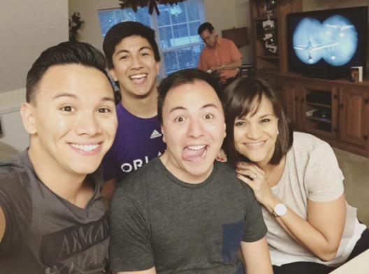 """Instagram @mundo_de_mama: """"Mis hermanos: Juan a la izquierda, Santi hacia atrás y Nico a la par mía."""""""