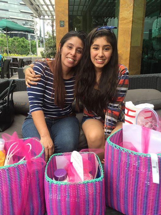 Carmen junto a su hija Ashta, ganadoras del giveaway del día de la madre.