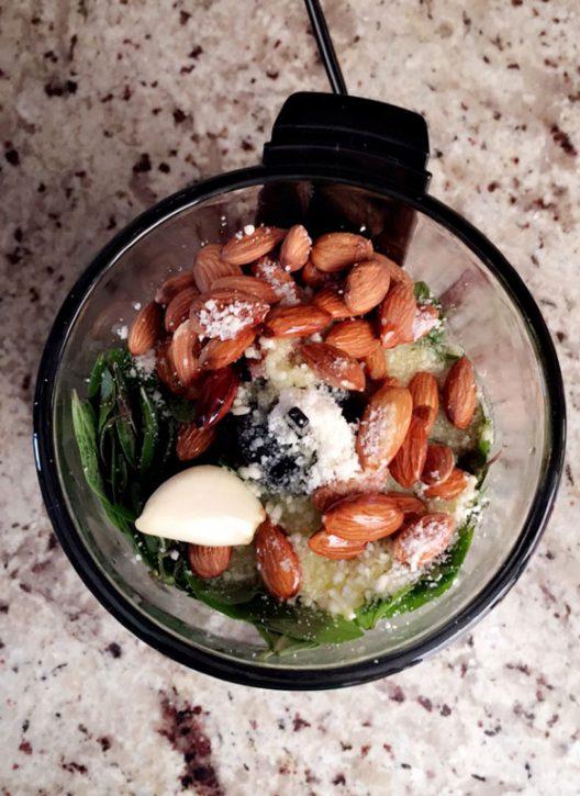 Pesto de albahaca, mi favorito para tener en la refri y usarlo en varias recetas...