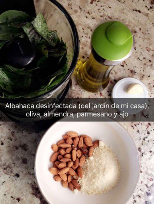 Los ingredientes del pesto varían según el gusto, yo prefiero hacerlo con almendra y albahaca