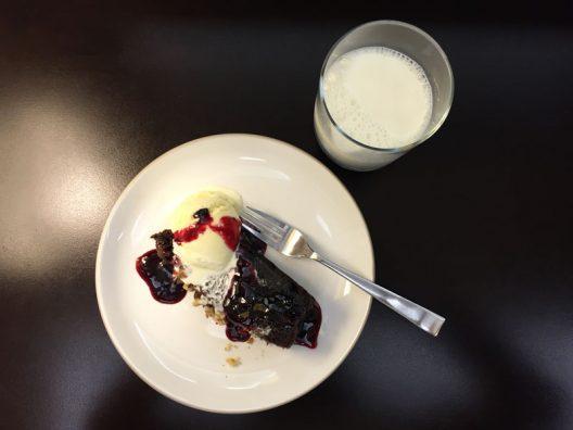 Pastel de chocolate + vaso de leche sabe a gloria! Instagram: @mundo_de_mama