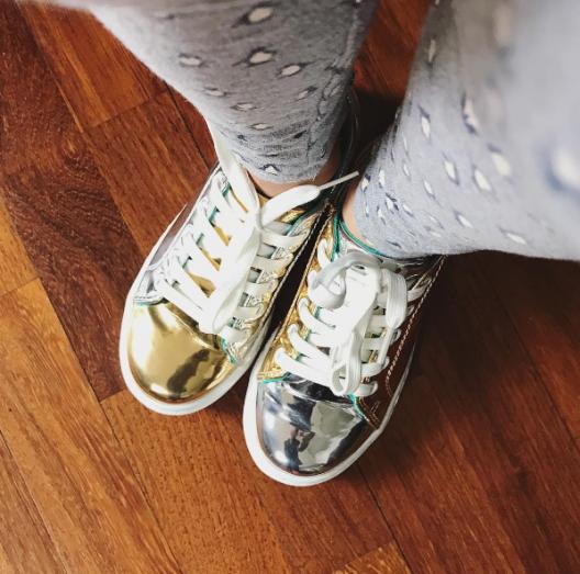 Dentro de esos zapatitos va una plantilla ortopédica y nadie lo nota, ella está feliz y yo satisfecha con la calidad del zapato.