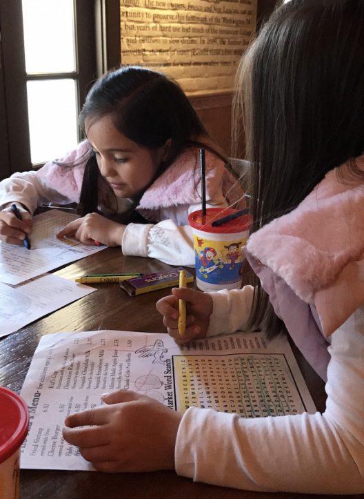 Nuestro mesero atendió con mucha paciencia las niñas, ellas estaban fascinadas con que él fuera chapín.