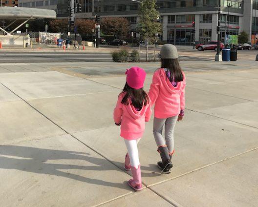 No hay que subestimar a los niños, ellos también se adaptan al ritmo y paso de los adultos.